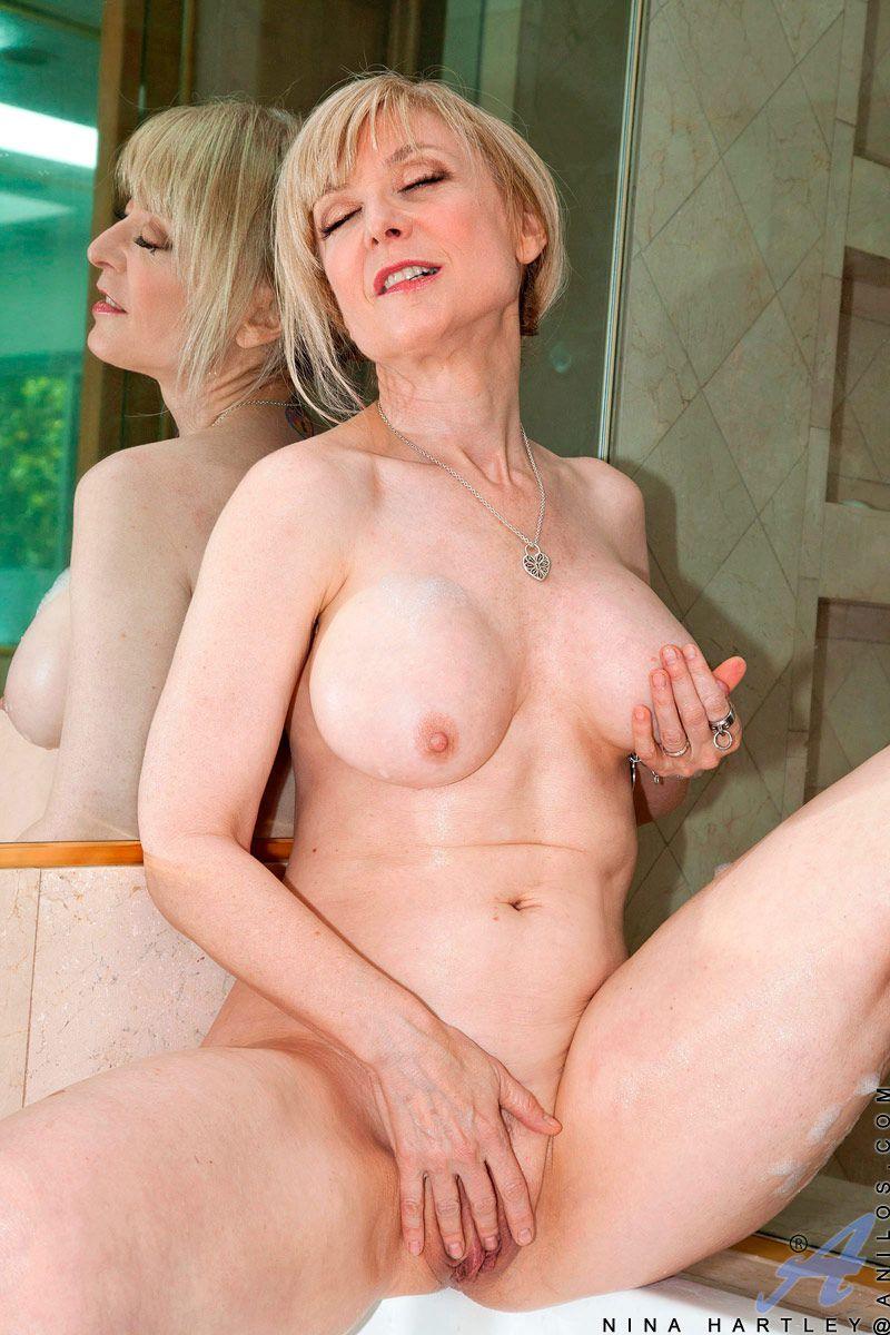 Мамуля с большими грудями Nina Hartley занялась сексом со своей любимой игрушкой в душе