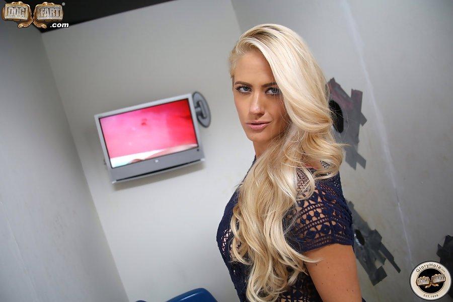 Блондинка давно мечтала изменить своему мужу, вот только не знала с кем, ей предложили измену с черным членом из-за стены