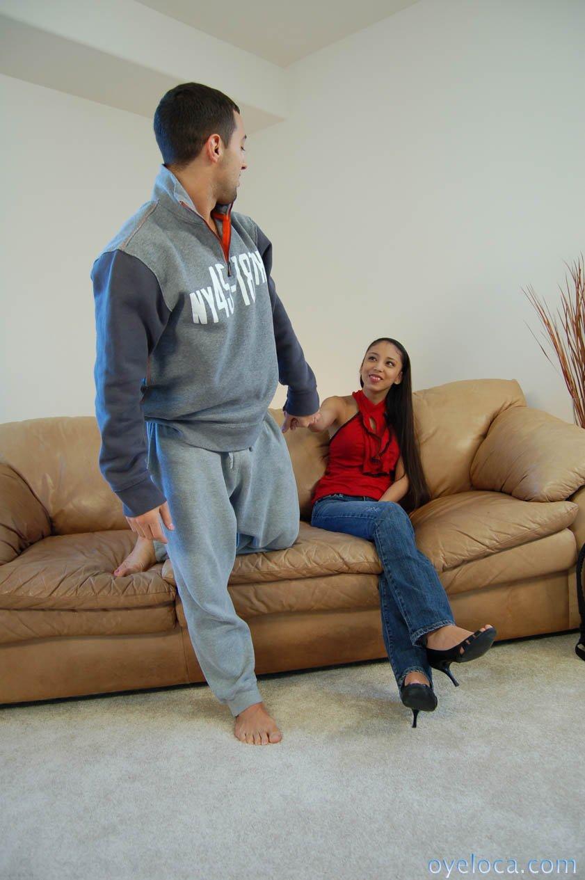 Стройная латина Alexis Love снимает синие джинсы и дает твердому члену трахнуть свою голодную