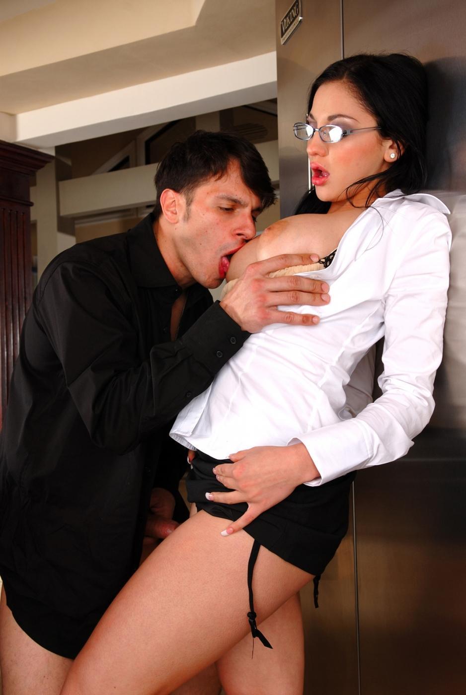 Грудастая секс-бомба в очках Audrey Bitoni дает трахнуть свою розовую киску