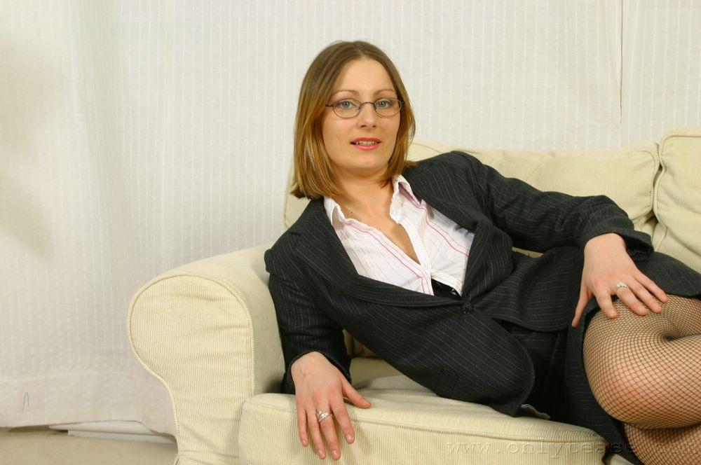 Секретарша в очках Jo May снимает свой офисный костюм и позирует в сексуальном белье