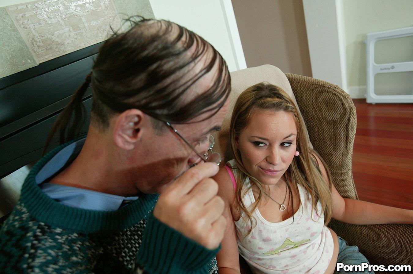 Старик в очках ебет роскошную Kelly Skyline