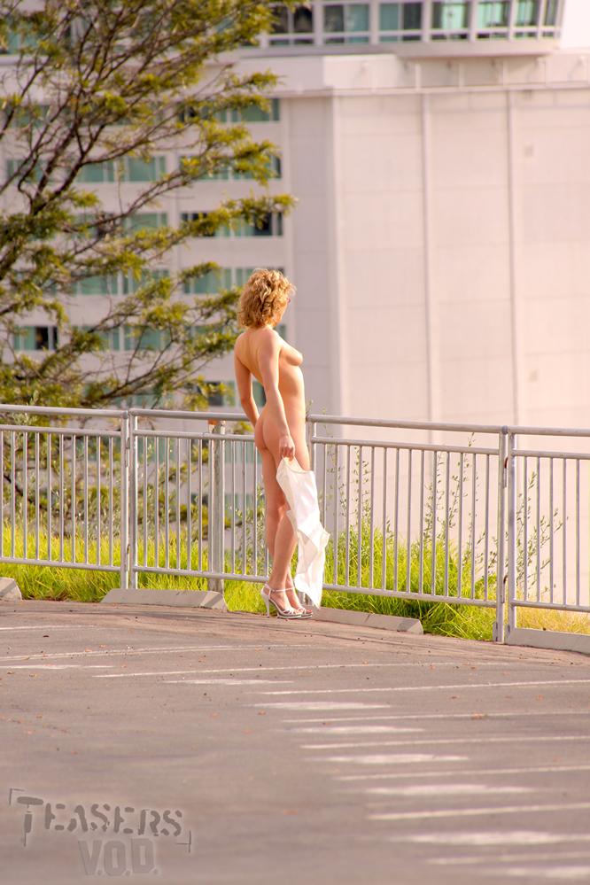 Стройная блондинка в очках Lily Labeau полностью обнажается на свежем воздухе в публичном месте