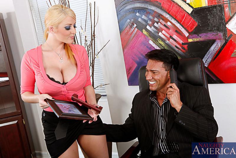 Софи Ди развлекает босса