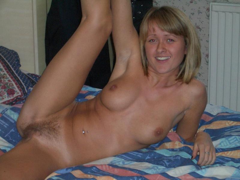 Русская цыпочка красуется голышом на кровати