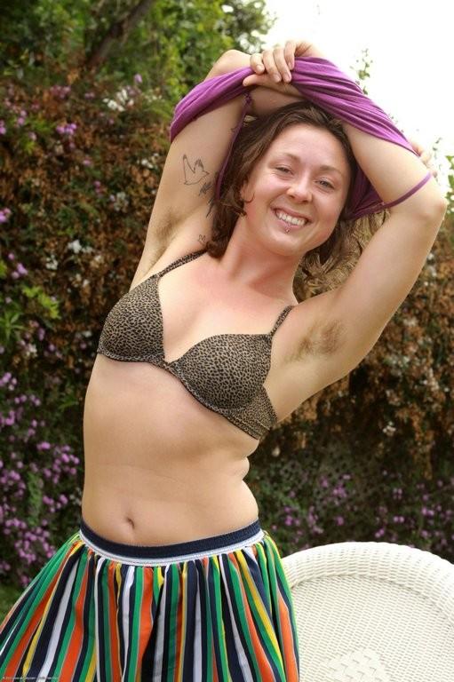 Волосатые подмышки и пизда женщины без комплексов