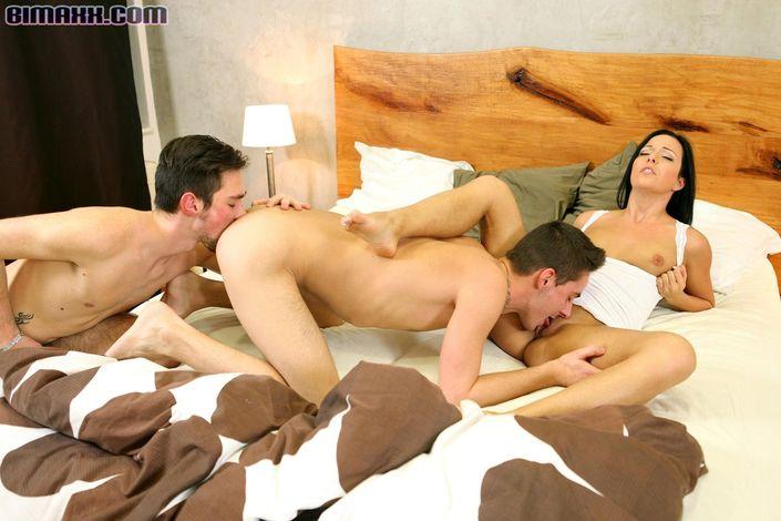 Бисексуалы устроили развратную групповушку и трахаются во все дырки