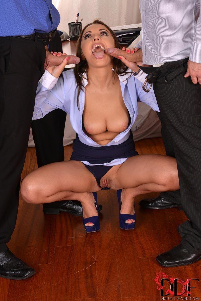 Двое мужчин уговорили на секс секретаршу