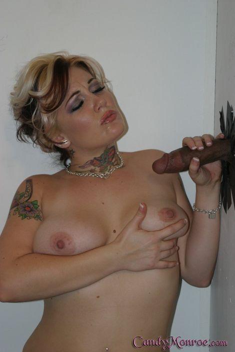 Муженек наблюдает как жена сосет хуй в кабинке и получает залп спермы на голые сиськи