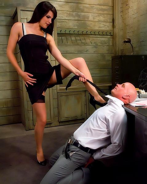 Секретарша устроила боссу жесткое доминирование