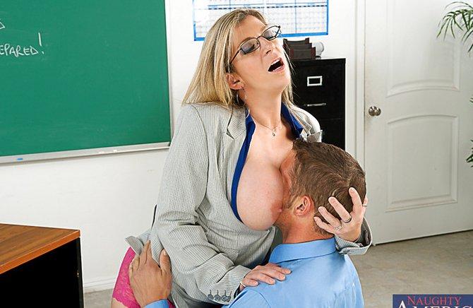 Директор выебал училку на ее рабочем столе