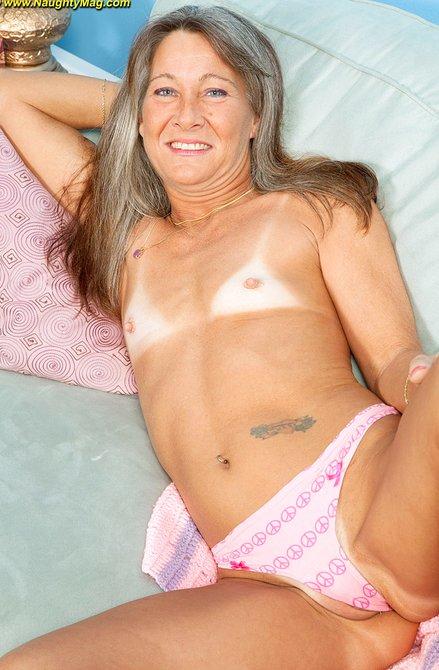 Подтянутая голая седая бабка показывает прелести