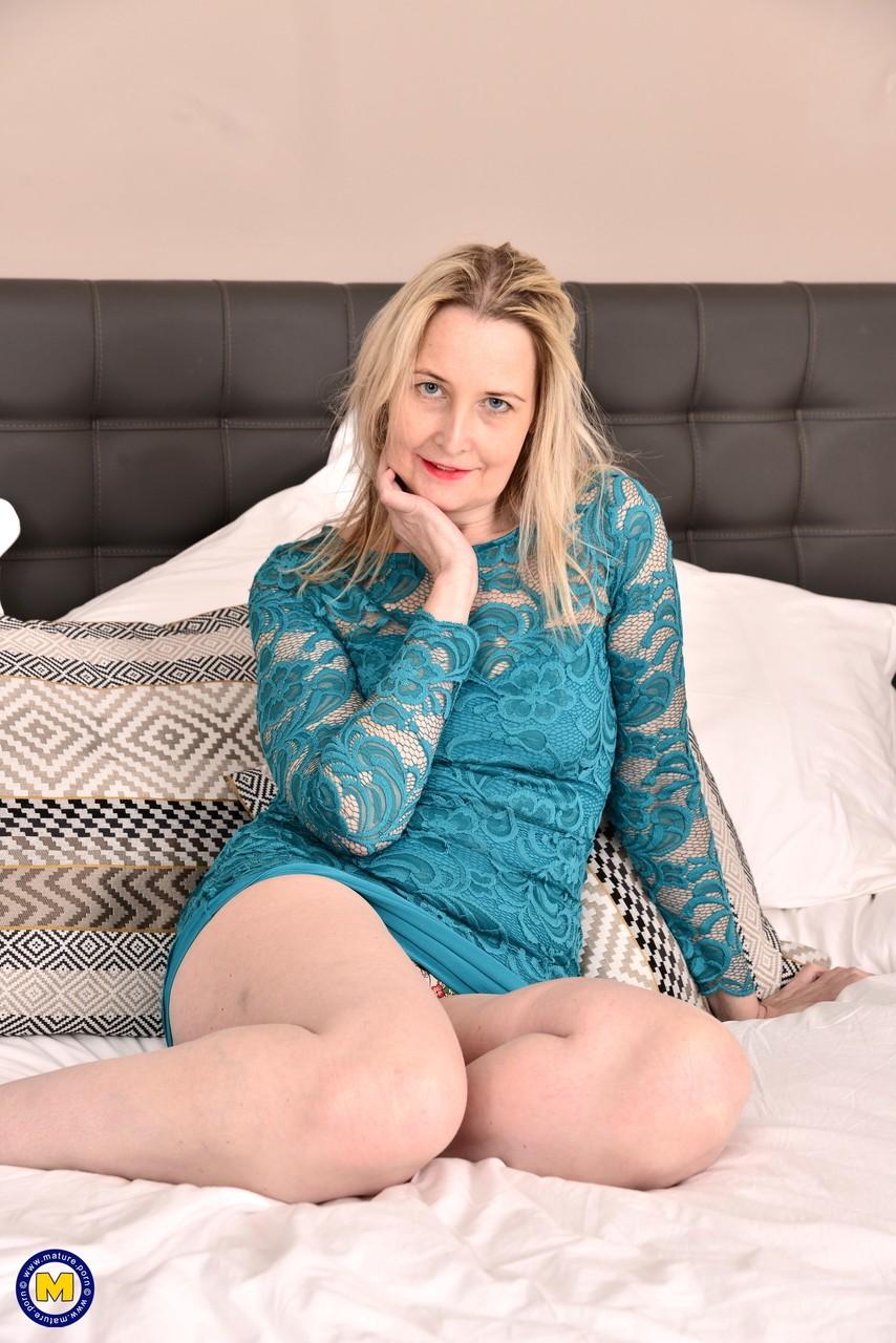 Зрелая британская домохозяйка Эмма Тернер играет сама с собой после раздевания